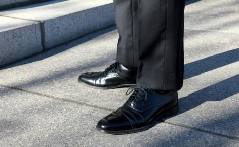 fa7a3d5c4 رأيت أنى لابس حذاء أسود.. فما تأويلكم؟