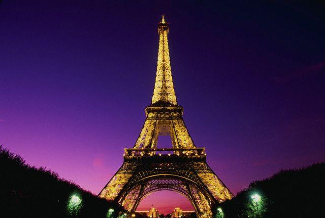 برج إيفل (بالفرنسية: Tour Eiffel) هو برج حديدي ارتفاعه 324 متر موجود فى  باريس فى فرنسا فى اقصى الشمال الغربى لحديقة شامب دى مارس بالقرب من نهر السين